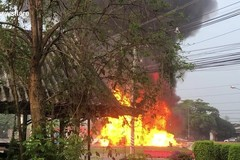 Tài xế bò lồm cồm ra khỏi chiếc xe tải bốc cháy ngùn ngụt như phim hành động
