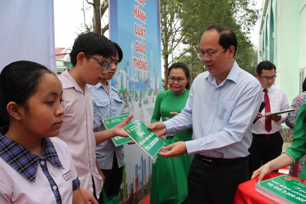 Trao tặng học bổng Lương Định Của cho con hội viên nông dân nghèo