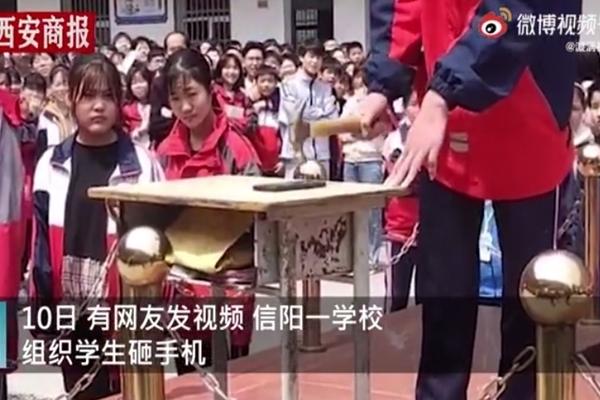 Tranh cãi học sinh tự đập vỡ điện thoại trước trường để chuyên tâm cho kỳ thi