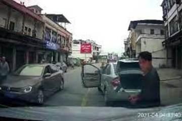 Tài xế hung hãn dừng xe, đập phá ô tô người khác chỉ vì tiếng còi