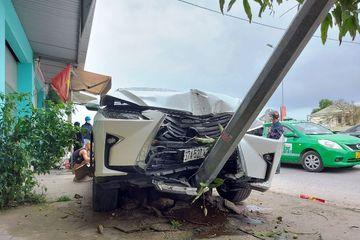 """Xe sang Lexus """"méo đầu"""" sau khi tông 2 xe máy trên quốc lộ 1A"""