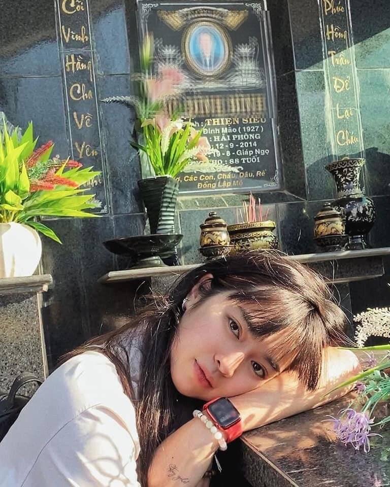 Khánh Vân đăng ảnh chụp trước bia mộ gây tranh cãi, dân mạng nặng lời chỉ trích 'sống ảo'