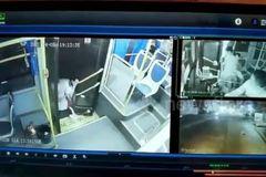 Thót tim cảnh cô bé bị kéo lê trên đường vì chân kẹt vào cửa xe buýt