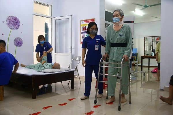 Phẫu thuật ghép xương và cố định cột sống cổ tránh liệt cho người bệnh