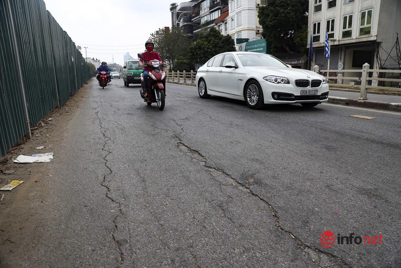 Hà Nội: Đường Âu Cơ chi chít ổ gà, ổ trâu, như 'trận địa' giăng bẫy người đi đường