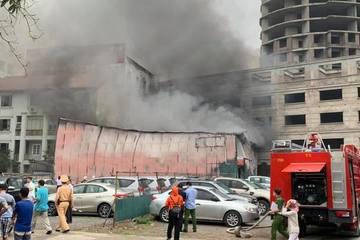 Cháy xưởng in giữa bãi đỗ xe trên phố Định Công