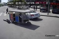 Cãi nhau với tài xế xe 3 bánh, cụ bà bị kéo lê 30m trên đường