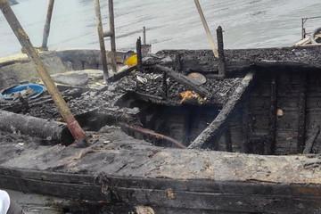 Quảng Ninh: Nổ bình ga làm cháy tàu, 3 người bị bỏng nặng