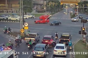 Vừa lái ô tô vừa chơi game, tài xế suýt gây họa cho người đi bộ