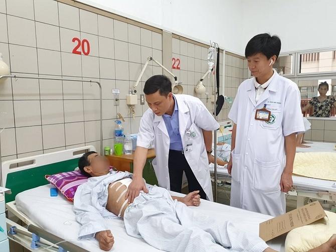 Lương không đủ sống, thật khó giữ chân bác sĩ ở bệnh viện công?