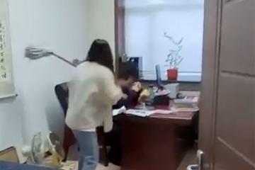 Nữ nhân viên mang cây lau nhà vào phòng đánh sếp để đòi lại công lý