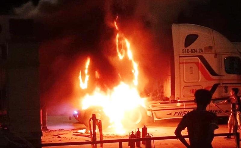 Quảng Nam: Xe đầu kéo nổ lốp, bốc cháy ngùn ngụt gần trạm thu phí