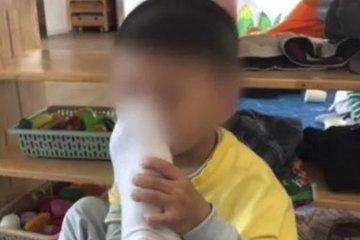 Bắt học sinh ngửi chân, thầy giáo bị đuổi việc và bắt giam