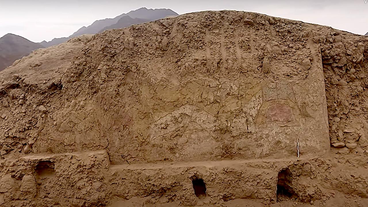 Khám phá bức tranh thần nhện khổng lồ cầm dao nhọn 3.200 năm tuổi