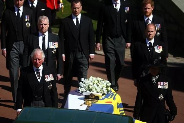 Hoàng tử William và Harry đập tan tin đồn rạn nứt trong lễ tang Hoàng thân Philip