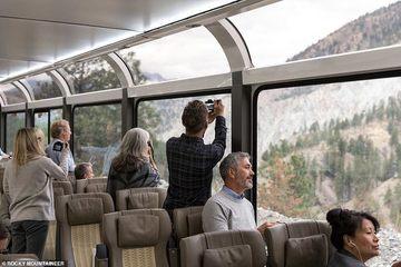 Ngắm cảnh trên chuyến tàu trong suốt ở Mỹ