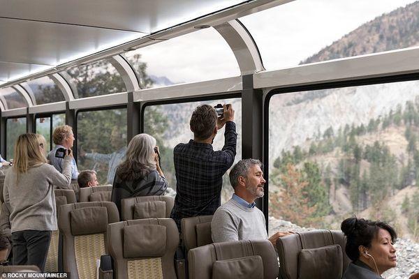 mỹ,tàu,tàu hoả,cảnh quan ở Mỹ,đường sắt,du khách,Sông Colorado,Công viên Quốc gia Arches