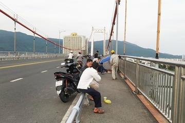 Xót xa cha mẹ ngồi trên cầu chờ đợi tung tích con trai nhảy cầu tự tử