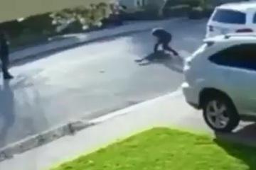 Tên cướp bị quật ngã xuống đường, bỏ cả súng để chạy thoát thân