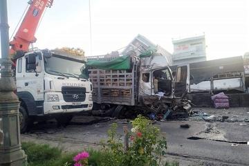Xe tải tông nhiều phương tiện chờ đèn đỏ