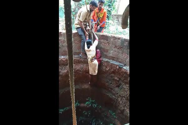 Người phụ nữ dũng cảm trèo xuống giếng sâu hơn 15m để cứu chú chó