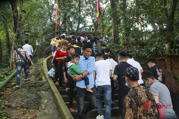 Nghìn người đổ về di tích đền Hùng đi lễ sớm
