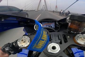 """Dân mạng xôn xao xem clip """"siêu mô tô"""" phóng 299km/h trên cầu Nhật Tân"""