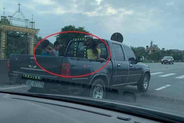 Truy tìm tài xế xe bán tải chở 3 cháu bé ngồi thùng sau, phóng như bay trên quốc lộ