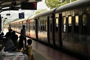 Nhân viên đường sắt 'chạy như bay' cứu đứa trẻ khỏi bị tàu đâm
