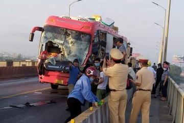 Xe khách đối đầu xe tải trên cầu, 2 tài xế thương vong