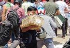 Đàn ông Ấn Độ xếp hàng dài chờ mua rượu để tích trữ trước giờ phong tỏa