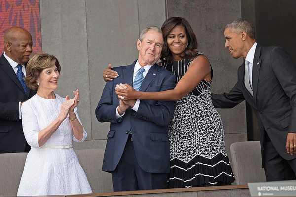 Cựu Tổng thống Mỹ Bush 'sốc' khi bị phản ứng về mối quan hệ với vợ ông Obama