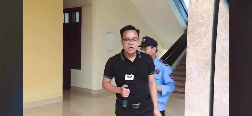 Clip phóng viên VTV bị bảo vệ 'lôi đi' lên sóng truyền hình