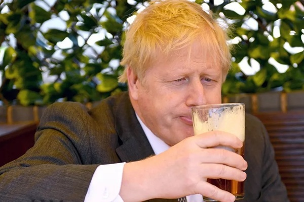 Thủ tướng Anh vui mừng vì được uống bia ngoài quán