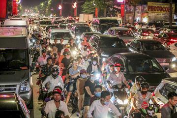 Hàng vạn người chen chân xem pháo hoa mừng lễ Giỗ Tổ Hùng Vương