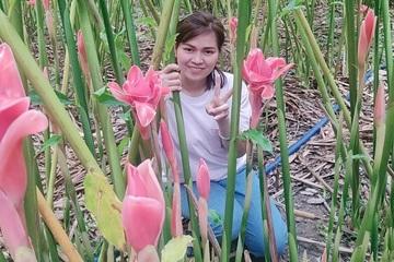 Trót yêu loại hoa lạ, cô gái 8x bỏ việc văn phòng rẽ ngang làm nông nghiệp