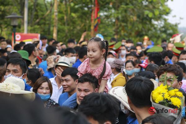Vạn người đổ về Đền Hùng dâng hương lễ Tổ, trẻ nhỏ được cha mẹ cõng, kiệu trên vai