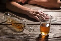 Người phụ nữ bị viêm gan ứ mật nghi sử dụng loại rượu hầu như nhà nào cũng có