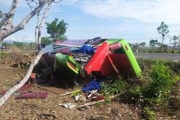 Đắk Lắk: Xe khách giường nằm lật ngửa trong đêm, 31 người bị thương