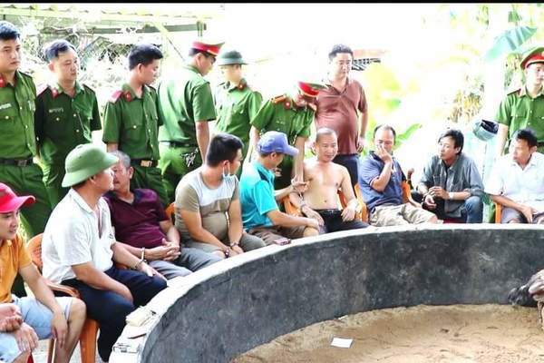 Quảng Bình: Đột kích sới gà trong quán cà phê, tạm giữ 34 đối tượng và hơn 200 triệu đồng