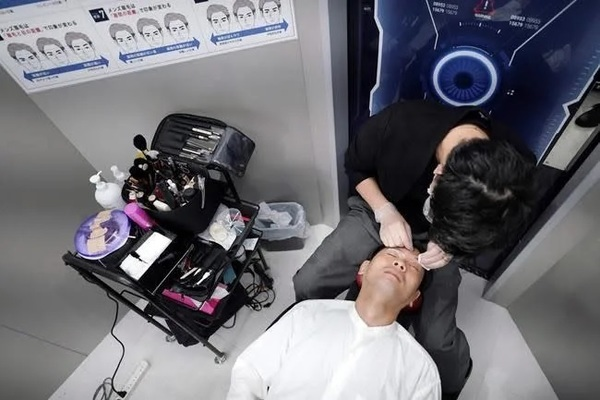 Nhiều nam doanh nhân Nhật Bản đi làm đẹp trước giờ họp trực tuyến