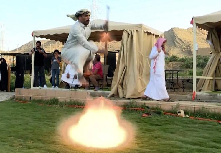Điệu múa kỳ lạ của những người đàn ông Ả Rập Xê Út