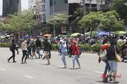 """Hà Nội: Người đi bộ sang đường kiểu """"giỡn mặt"""" tử thần"""
