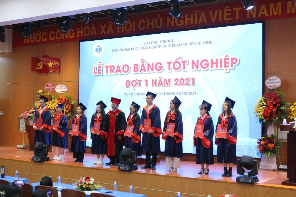 Một ĐH chi hơn 200 triệu khen thưởng các sinh viên thành tích tốt vào ngày tốt nghiệp