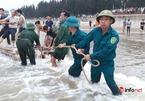 Huy động hàng trăm người tìm kiếm 3 học sinh mất tích khi tắm biển