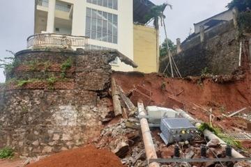 Đắk Nông: Mưa lớn kéo dài, bờ kè cao 6m của nhà khách công an đổ sập