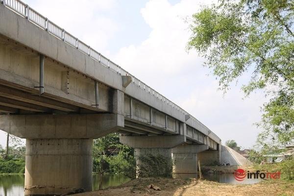 Kỳ lạ cầu xây xong cả năm nhưng không làm đường dẫn