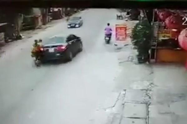 Đâm mạnh vào đuôi ô tô, văng xuống đường, 2 cô gái tiếp tục bị xe khác cán trúng