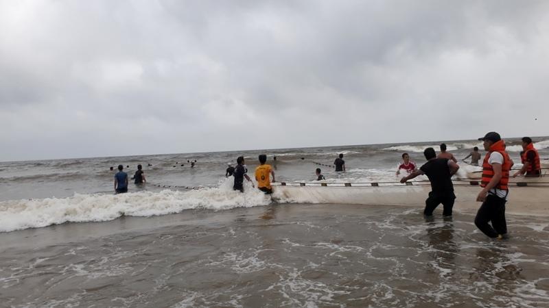 Thanh Hóa: Tìm thấy thi thể 2 học sinh đuối nước khi tắm biển
