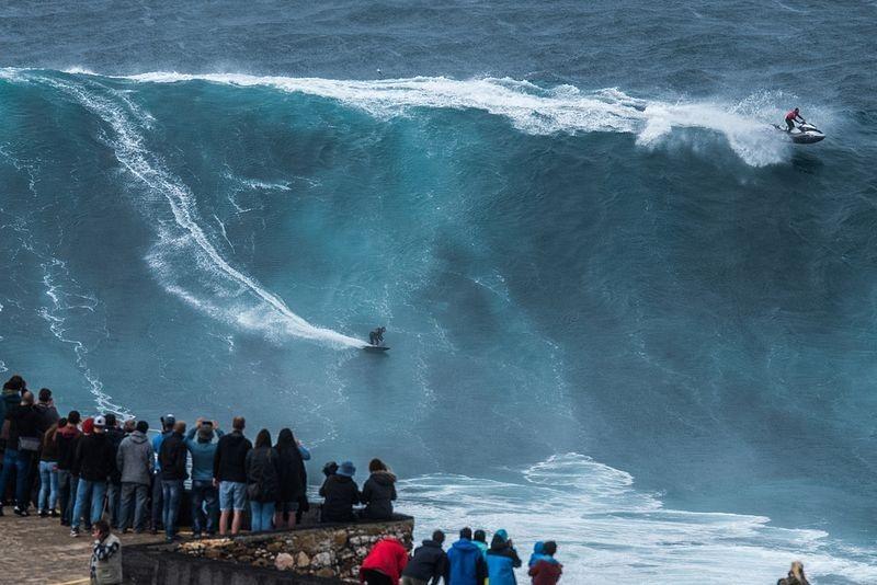 Sóng 'quái vật' thách thức những kẻ bạo gan ở bờ biển Bồ Đào Nha